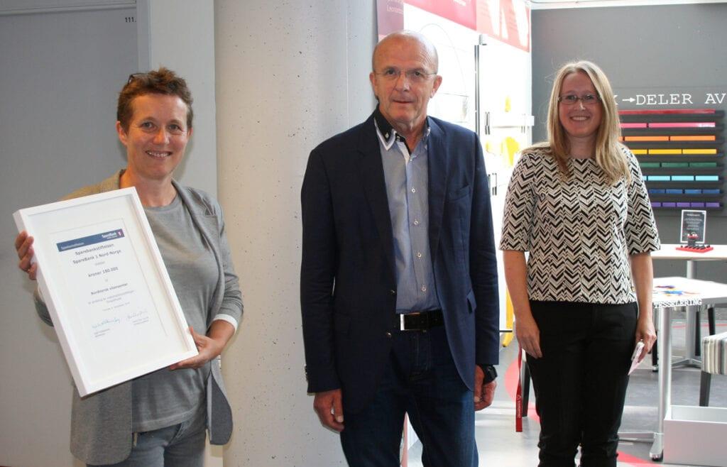 Direktør Tove Marienborg ved Nordnorsk vitensenter fikk overrakt gaven fra Hans Olav Karde i Sparebankstiftelsen SpareBank 1 Nord-Norge. Tilstede under åpningen var også vitensenterpedagog Mona Holmø.
